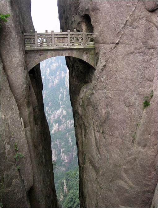 Puente en la montaña de Huangshan. China.